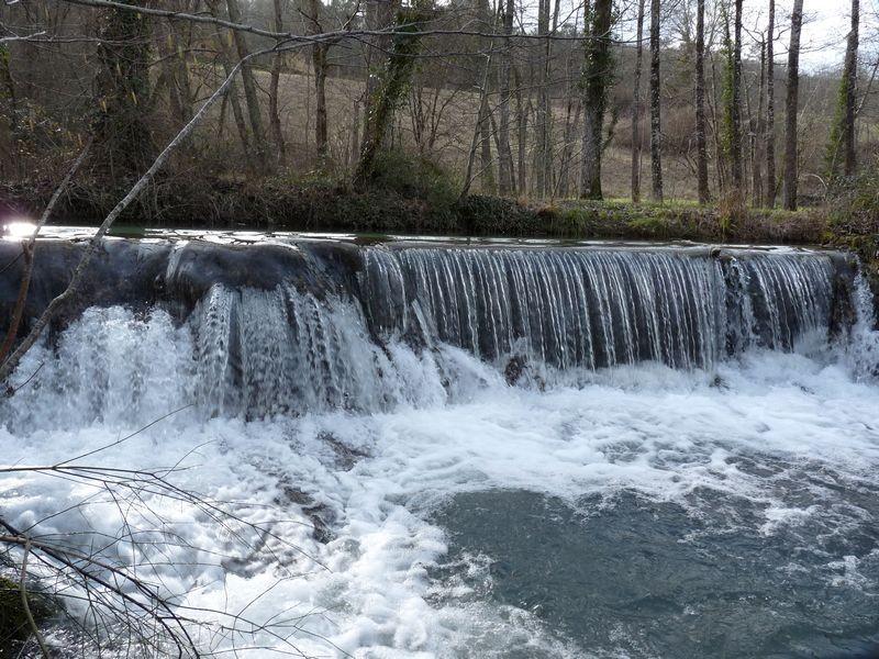 Une des nombreuses chutes d'eau de la Couze (seuil de moulin)