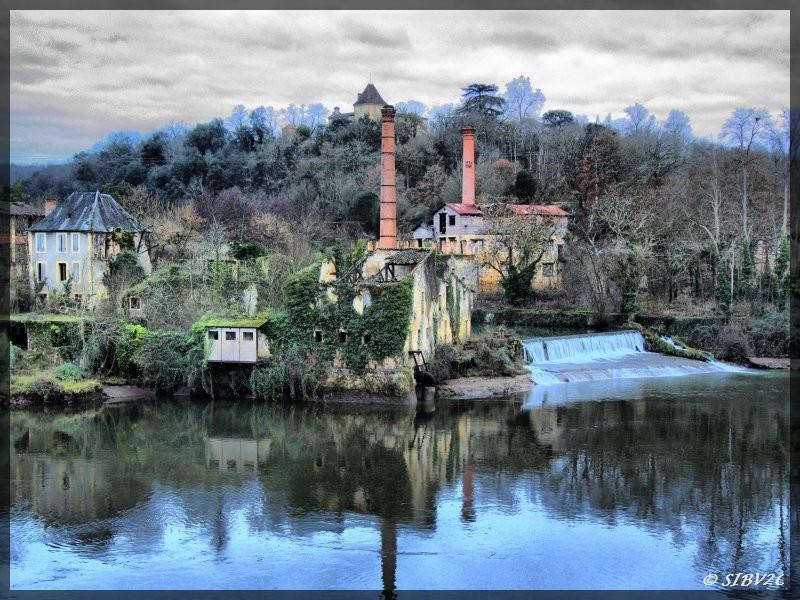 Une photo de l'ancien site industriel des papeteries de Couze prise lors de l'abaissement du plan d'eau de Tuilières.