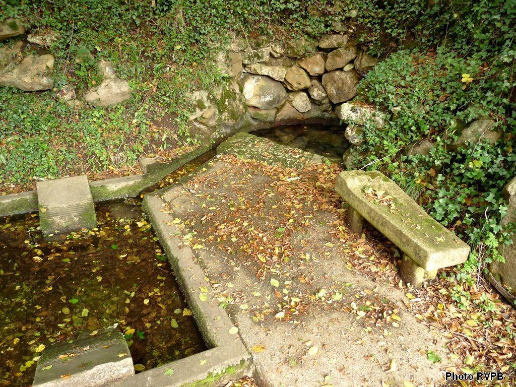 Une source avec lavoir qui allimente la Sérouze, affluent de la Louyre
