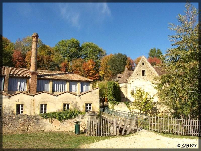 Retour sur la Couze avec cette photo des moulins de la Rouzique, moulin sous le Roc et moulin des Merles. Si ce n'est déjà fait, visitez le site du moulin de la Rouzique pour tout savoir des secrets de la fabrication du papier de Couze.
