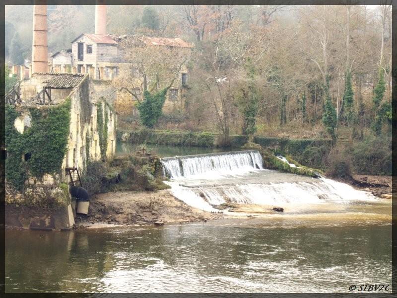 L'abaissement du plan d'eau de Tuilières nous permet d'admirer la cascade de la confluence entre la Couze et la Dordogne.