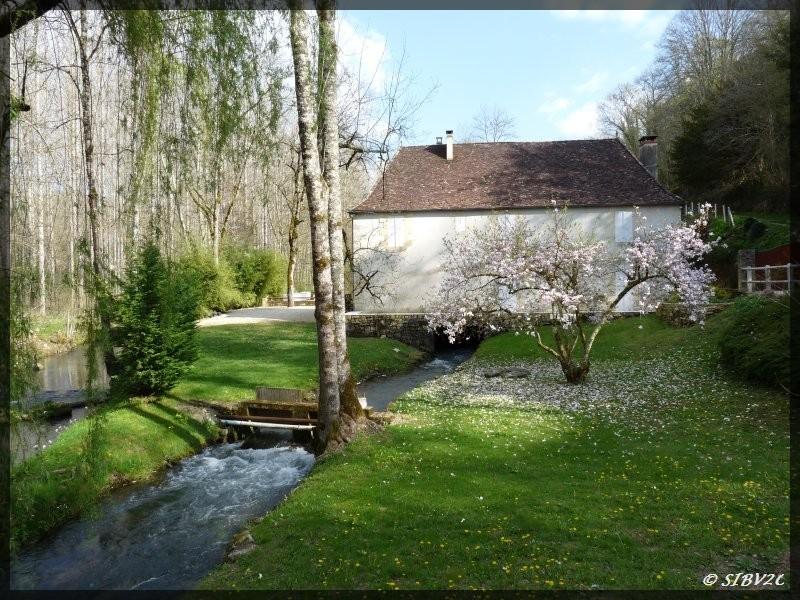 Moulin de Bayac, sur la Couze, au printemps.