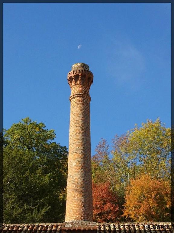 Les couleurs d'automne s'accordent avec la cheminée du moulin de la Rouzique. Ce qui semble être un petit nuage de fumée est en fait la Lune.