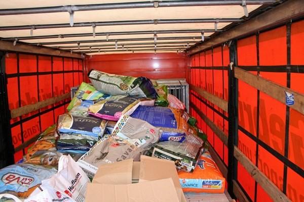 Wiener Spenden mit den Spenden der Galerie Time im LKW Anhänger