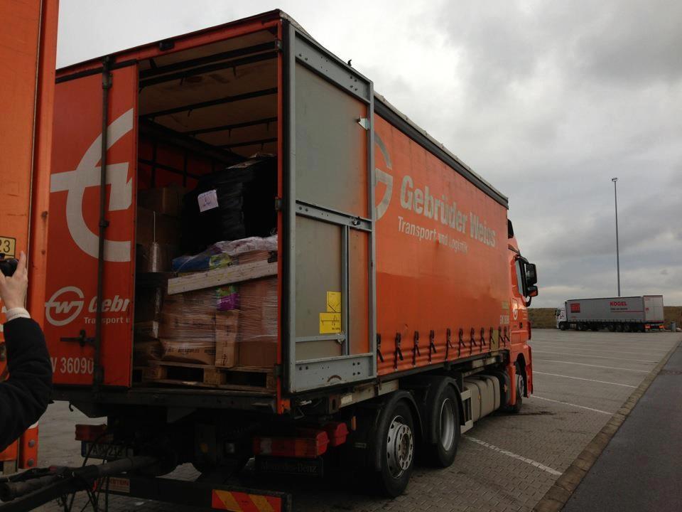 Der vordere Bereich des LKWs voll mit Futterspenden aus Deutschland
