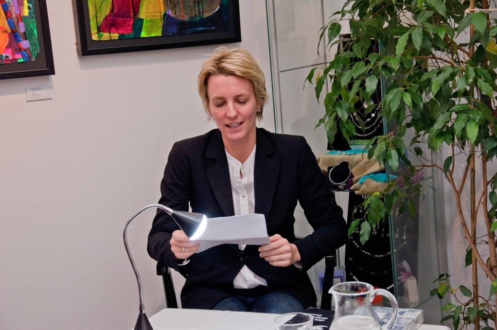 """Ida Seeböck liest aus der """"Großen Häfenelegie"""" ihres Vaters, Herwig Seeböck. galerie time - Worte am Mittwoch"""