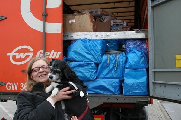 Beate Mitterhuber und Susi Wuff freuen sich über einen schön mit Leckereien gefüllten LKW