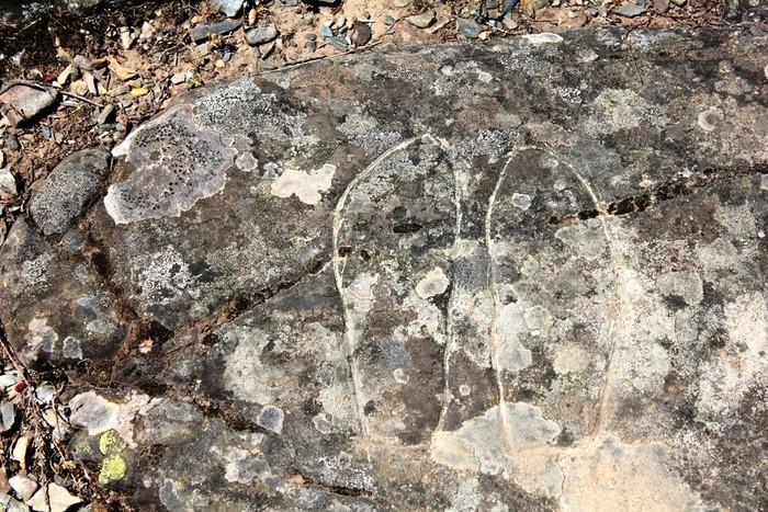 Petroglifo grabado en la roca