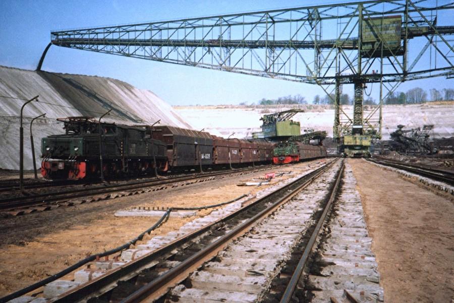 Kohlezüge bei der Beladung am Bagger 16 (250), im Hintergrund die Abraumförderbrücke 17