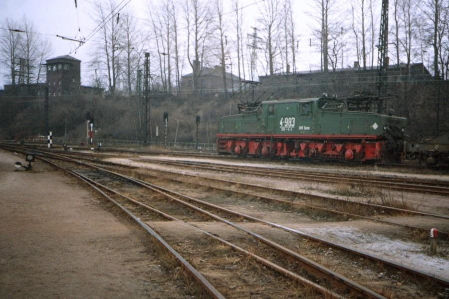 Lok der Baureihe EL 2 im Gleisdreieck, Hersteller LEW Hennigsdorf, Masse 100 t, Spurweite 1.435 mm