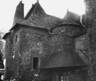 Cour intérieure Vieille famille de notaires de la juridiction de Rohan, les Le Pré de Kério comme nombre d'officiers de justice de la cour seigneuriale, habitent dans la Grande Rue, la principale de la cité, aujourd'hui place de la mairie.