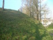 Versant oriental du talus de la haute-cour du château de Rohan, accueillant le nouveau cimetière.