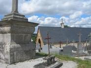 La chapelle Saint Martin et le vieux cimetière en position de prééminence topographique par rapport au site castral.