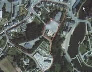En pointillé rouge, l'emprise totale du site fortifié de Rohan.