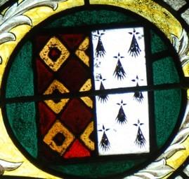 Blason rappelant l'union de Jean II de Rohan et de Marie de Bretagne, fille du duc François 1er. Mi-partie Rohan, et mi-partie Bretagne, Vitrail début 16ème siècle, chapelle de St Gouvry en Rohan