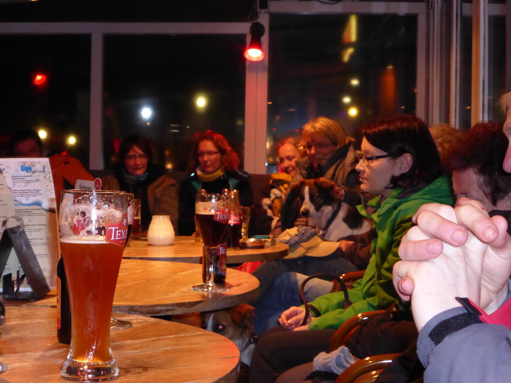 Die 2-Beiner bei Wein und Bier