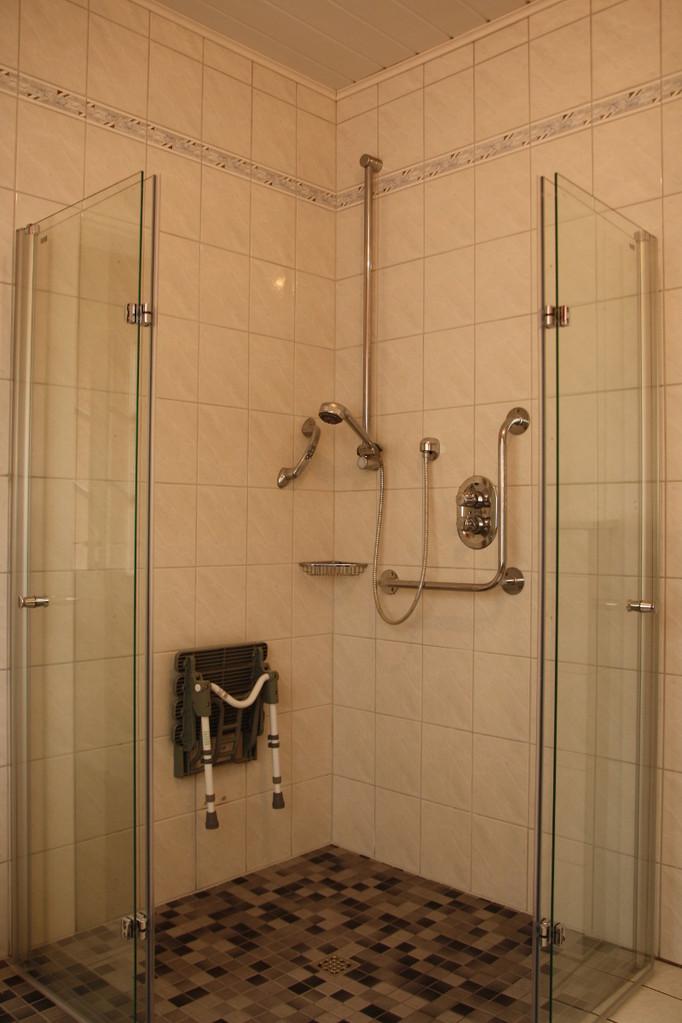 Großzügige Dusche mit Glastüren