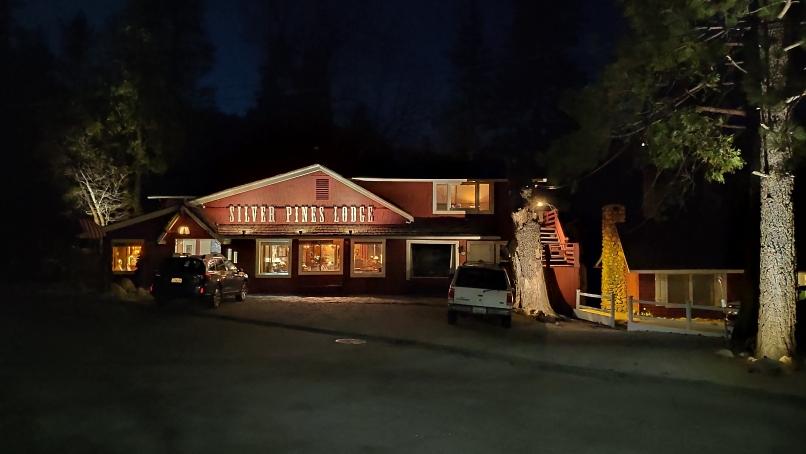 Silver Pines Lodge am Abend