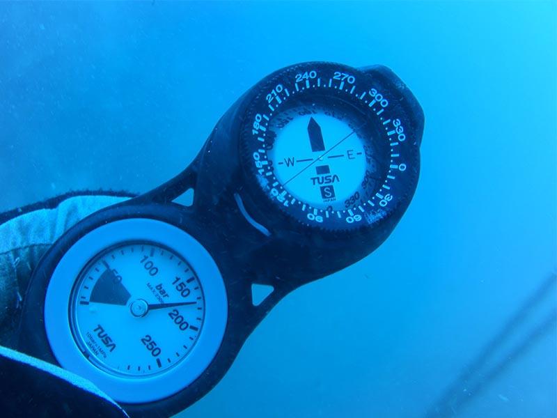 ナイトダイビングではコンパスは必須アイテム