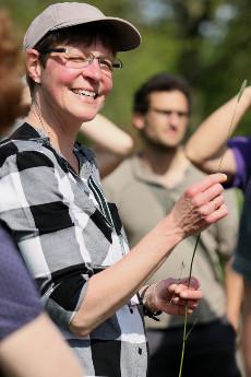 Britta Ladner in ihrem Element, hier mit Wiesen-Fuchsschwanz (Foto: Corinna Krachten)