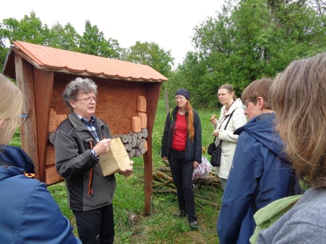 So wird´s gemacht: Dr. Joachim Eberhardt weist auf die Besonderheiten bei der Anlage von Bienen-Nisthilfen hin