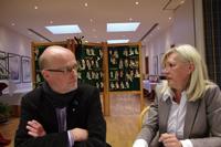 Kritischer Dialog über den Neubau der JVA Münster vor ungewöhnlicher Kulisse, der Trophäenschau:: Thomas Hövelmann im Gespräch mit Martina Klimek (CDU), der Bezirksbürgermeisterin von Handorf. Bild: R