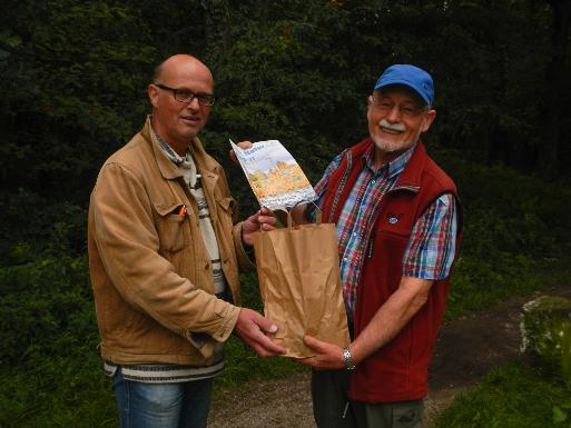 Verdientes Dankeschön für Hans-Dieter Wiesemann (links) durch Dr. Thomas Hövelmann vom NABU Münster (Foto: Kristina Behlert)