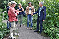 Dirk Dreier (rechts) erläutert die Geschichte des Stadtbiotop Südstraße; links in rosa Jacke Wolfgang Thomas