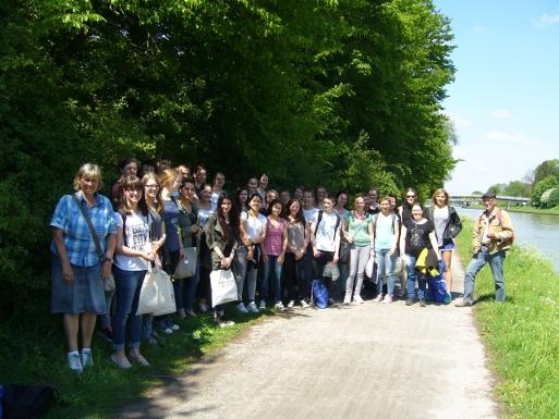 Ausflug mit Sammeltüten: die PTA-Schüler mit Exkursionsleiter Dr. Thomas Hövelmann (rechts) und Fachlehrerin Eva-Maria Bußmann (links) - Bild: Sabine Elze