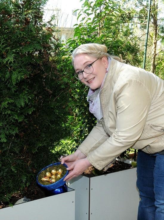 Dort, wo die Handorferin kein Futter auslegen darf, stellte Manu Borgschulte zum Trost symbolisch für die Spenden der zahlreichen Unterstützer das Nest hin
