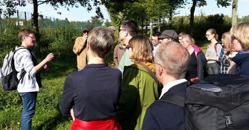 Britta Ladner (links) erläuterte verschiedene Früchte und Fruchtformen in Mecklenbeck (Foto: Thomas Ladner)