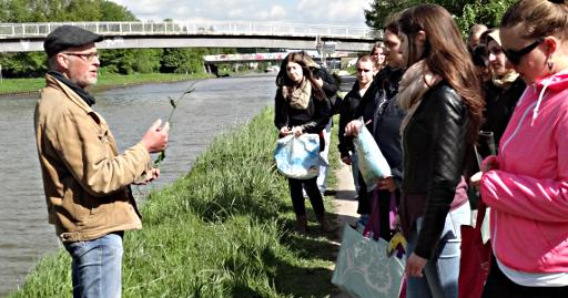 Dr. Thomas Hövelmann stellt heimische Pflanzen am Kanalufer vor