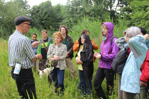 Exkursionleiter Dr. Thomas Hövelmann (links) zeigt die botanischen Schönheiten am Getterbach, Bild: Sandy Hamer