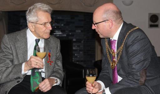 Hornissen-Experten unter sich: Münsters Oberbürgermeister Markus Lewe im Gespräch mit Konrad Schmidt (Bild: Nicole Schmidt)