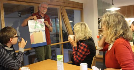 Hans-Dieter Wiesemann erklärt die Waldhufen-Bewirtschaftung am Rolfschen Hof (Foto: Thomas Hövelmann)