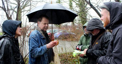 Jörg Frenz (mit Schirm) leitete die Exkursion an der Werse