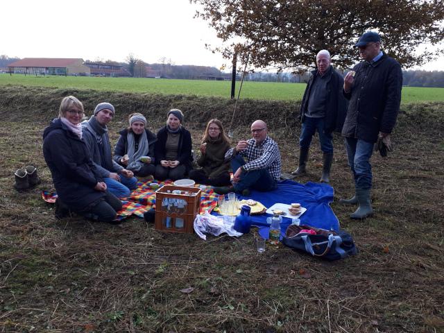 Ein gemütliches Picknick mit belegten Brötchen, Kaffee und selbst gebackenem Kuchen gehört bei den Arbeitseinsätzen des NABU immer dazu (Foto: Elke Samake)