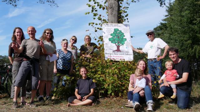 Mitglieder der AG Botanik vor ihrem Aktionsplakat (Foto: Heiko Wischnewski)