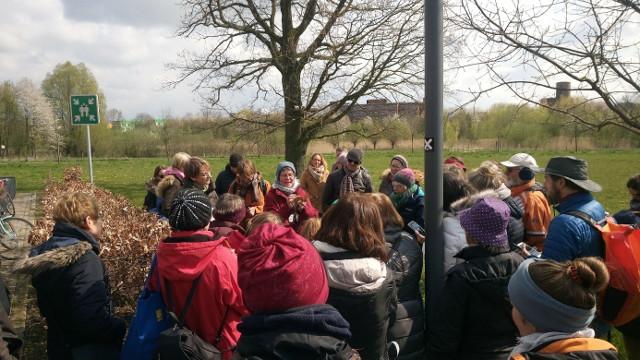 Britta Ladner (Mitte, rote Jacke) erklärt umringt von einer Menschenmenge das Garten-Schaumkraut