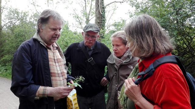 Jörg Frenz (links) erklärte mit poetischer Unterstützung heimische Wildpflanzen an der Werse