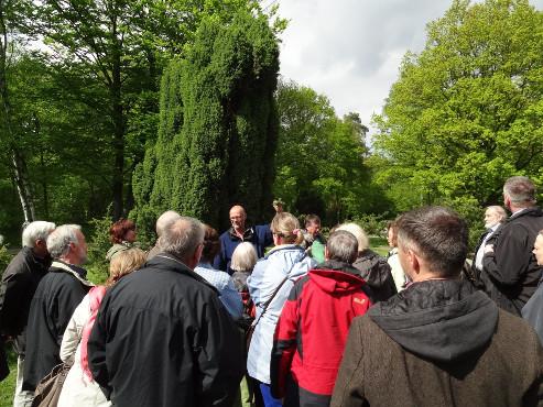 Die botanischen Führungen mit Dr. Thomas Hövelmann erfreuen sich regelmäßig am dritten Sonntag im Mai großer Beliebtheit (Foto: Alfons Trockel)