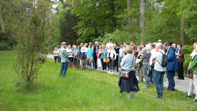 Fast 100 Besucher folgten den botanischen Ausführungen von Dr. Thomas Hövelmann (links)   Foto: Alfons Trockel