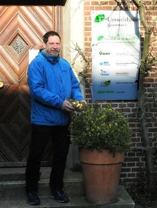 """Nester mit so """"gehaltvollen"""" Eiern bringen selbst Experten noch zum Staunen: Gerd-Uwe Lipkow freut sich über 700 Euro für den Vogelschutz."""