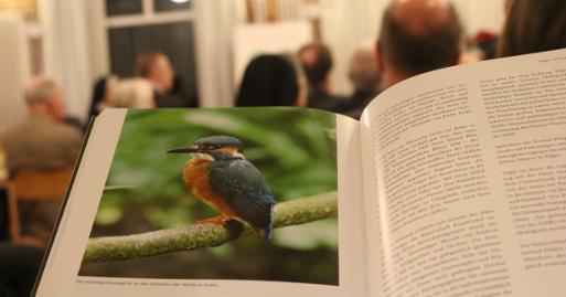Bei der offiziellen Präsentation des Buches spielte auch der Eisvogel eine Rolle. Foto: Thomas Hövelmann