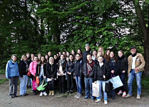 Die angehenden pharmazeutisch-technischen Assistenten mit gefüllten Sammeltüten und ihren Lehrerinnen Sabine Elze (links) und Eva-Maria Bußmann (2. von links)