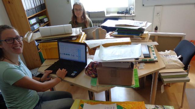 Die beiden Praktikantinnen Mariangela Pola (links) und Monique Eberhardt beim Inventarisieren der zahlreichen eingereichten Zeichnungen und Gemälde