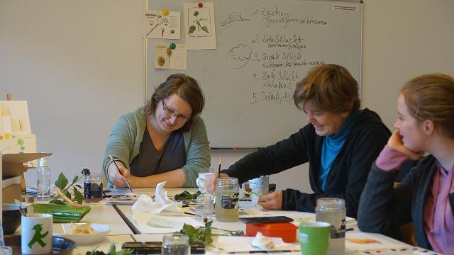 Unter der Anleitung von Gesche Santen (links) arbeiteten die Teilnehmer des Workshops mit Freude an ihren Pflanzenzeichnungen (Foto: Karin Parpin)
