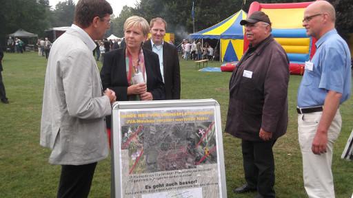 Ministerpräsidentin Hannelore Kraft am Stand des NABU Münster beim SPD-Bürgerfest im Südpark, links der SPD-Landtagsabgeordnete Thomas Marquardt, rechts Peter Hlubek (mit Mütze) und Dr. Thomas Hövelma