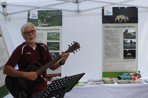 NaturGenussFührer Uli Wrede unterhielt die Besucher mit selbstkomponierten Liedern zum Thema Wolf