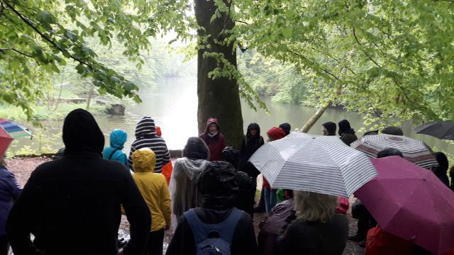 Die fast 50 Teilnehmer ließen sich vom strömenden Regen nicht schrecken und folgten bis zum Schluss aufmerksam den Schilderungen von Britta Ladner